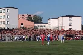 Kosovë, lojtarët e Dritës vrapojnë të festojnë me tifozin e tyre me aftësi të veçanta
